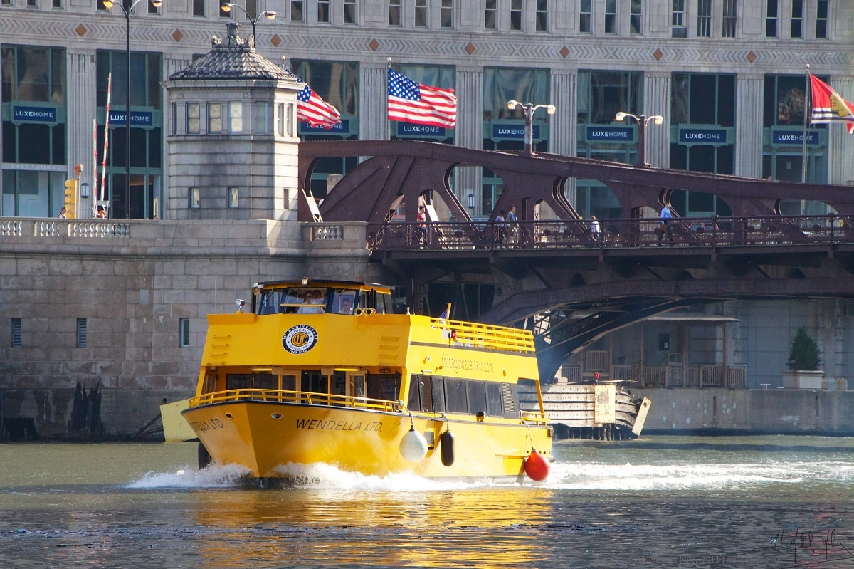 Le Water Taxi vous transporte sur la Chicago River.